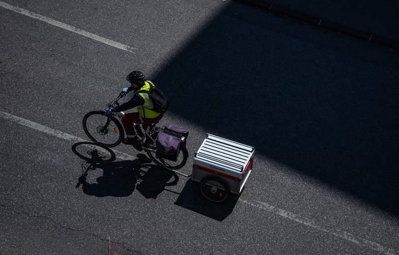 Copyright Léo Dérivot. A lonely man whit a yellow vest, gloves and a hygienic mask riding a bike. Marseille. 2020/23/04. Un homme seul fais du vélo avec un gilet jaune, des gants et un masque hygienique. Marseille, 2020/23/04.