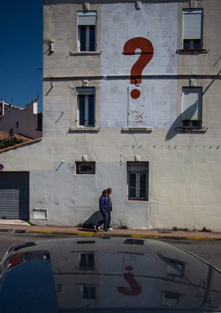 A lonely man looking through his windows, 2020/09/04. Un homme seul regarde par sa fenetre. Marseille, 2020/09/04. Copyright Léo Derivot.
